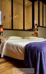 hotel avec chambre chambre hôtel avec salle de bain derrière verrière