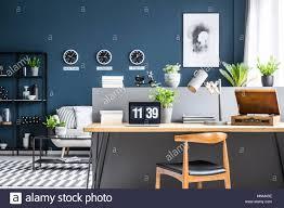 dunkelblau wohnzimmer einrichtung mit schwarzen industrie