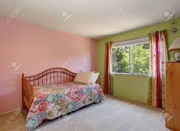 moderne rosa erwachsenen schlafzimmer inter auch grüne wand und bunte vorhänge northwest usa