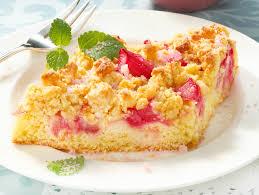 rhabarberkuchen mit streuseln das rezept für den klassiker