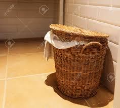 gebrauchte weißes handtuch im hölzernen korb im hotel badezimmer