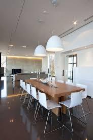massivholz esstisch weiße stühle und weiße pendelleuchten