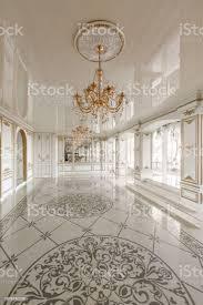 morgen in luxuriöse helle interieur im herrenhaus helle und saubere inneneinrichtung aus einem luxus wohnzimmer stuck an wänden stockfoto und mehr