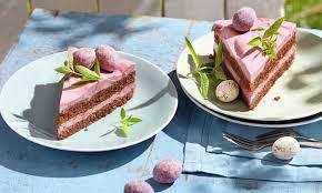 ostertorte mit erdbeer rhabarber grütze creme