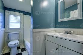 blau und weiß badezimmer interieur 1460334 stock foto