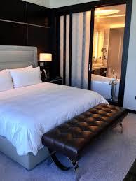 schlafzimmer mit trennwand zum badezimmer hotel rosewood