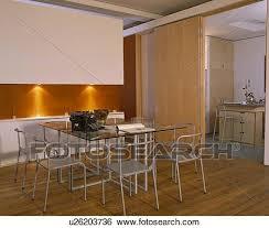 glastisch und metall stühle in esszimmer mit orange