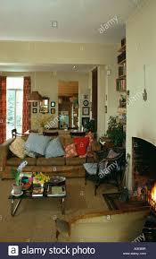 kissen auf sofa im 80er jahre wohnzimmer stockfotografie alamy