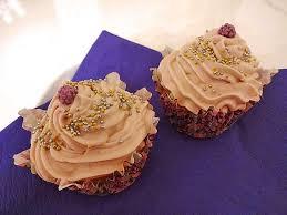 cupcake mit weißer schokolade und amarena frischkäse frosting plus süßer überraschung