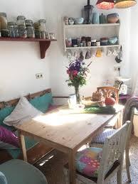 gemütlicher essbereich mit vintage möbeln in pastellfarben