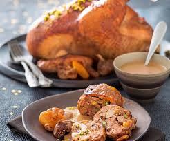 cuisiner le chapon recette de noel chapon aux mendiants sauce au foie gras