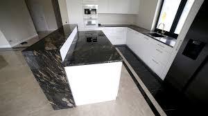 küchenarbeitsplatte aus granit cosmic gold franko steinwelt