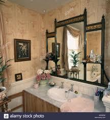 antiker supraporte spiegel über dem waschbecken aus marmor