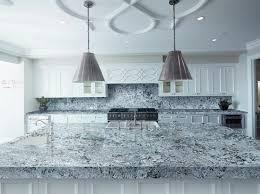 arbeitsplatte aus granit in der modernen küche vor und