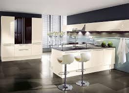 l form küche mit hochschränken und esstheke in magnolie und