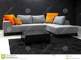 dunkles wohnzimmer stockbild bild sofa haupt grau