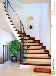 vestibule intérieur rustique et escaliers de grande villa