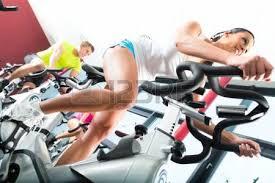 jeunes groupe de femmes et d hommes faire du sport spinning