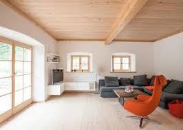 wohnzimmer im bauernhaus mit altholz und bodentiefen