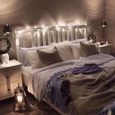 gemütliches schlafzimmer mit doppelbett und lichterkette
