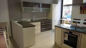 apéro küchen musterküche moderne l küche mit halbinsel bzw