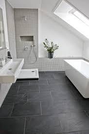 wohnzimmer mit dunklen fliesen badezimmer fliesen