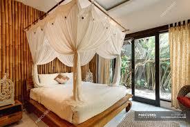 helles schlafzimmer im hotel mit bambuswand und