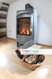 stockfoto holzofen im wohnzimmer für gemütliche wintera