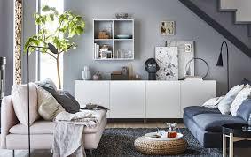 séjour en gris et blanc avec élément de rangement bas
