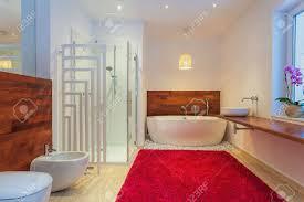 moderne badezimmer mit roten teppich gemütlich