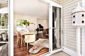 schöner esstisch und klavier mit zebra bedrucktem teppich im wohnzimmer mit offenem fenster