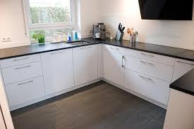 küche in weiss matt mit steinarbeitsplatte