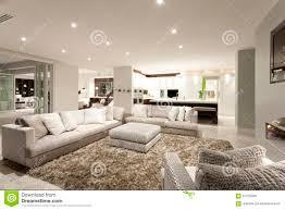 gemütliches wohnzimmer mit geräumigen sofas stockbild bild