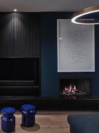 dunkles wohnzimmer in blau und schwarz bild kaufen