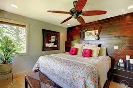 eleganter luxus master schlafzimmer mit holz akzent wand schön inter design eingerichtet