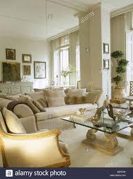 creme wohnzimmer mit internen säule mit glasplatte