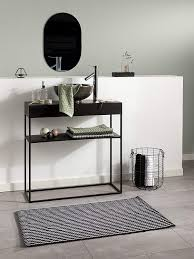 badezimmer schwarz weiß mit passender fußmatte badematte