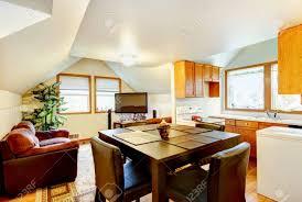 esszimmer und küche raum zwischen den mit weißen gewölbedecke und kleine sitzecke mit fernseher northwest usa