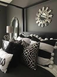 deko tipps graue waende spiegel schwarzes bett kissen in