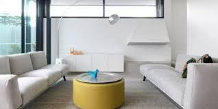 quadratisches wohnzimmer mit zwei sofas in grauer farbe und