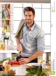 glücklicher kaukasischer mann der zu hause in der küche