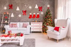 geräumiges und helles wohnzimmer verziert für weihnachten