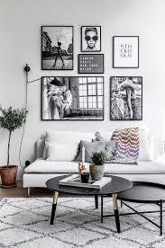 modernes skandinavisches graues wohnzimmer mit wandkunst und