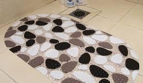 gummiteppich im badezimmer ein gerollter teppich für einen