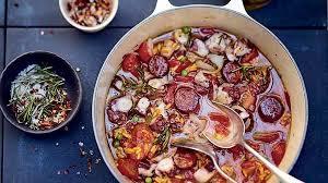 cuisiner le poulpe recette cocotte de poulpe aux herbes riz et chorizo recettes