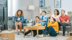 in der wohnzimmer diverse gruppe freunden auf beobachten