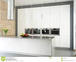mur de cuisine cuisine blanche élégante avec le mur en de travertin image