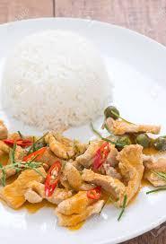 cuisine avec du riz curry de porc panang avec du riz en plaque blanche sur fond