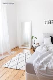 filzkugelteppich grau mit rautenmuster für s schlafzimmer