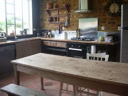 table en bois de cuisine la grande table en bois photo de la cuisine gîte l atelier cow